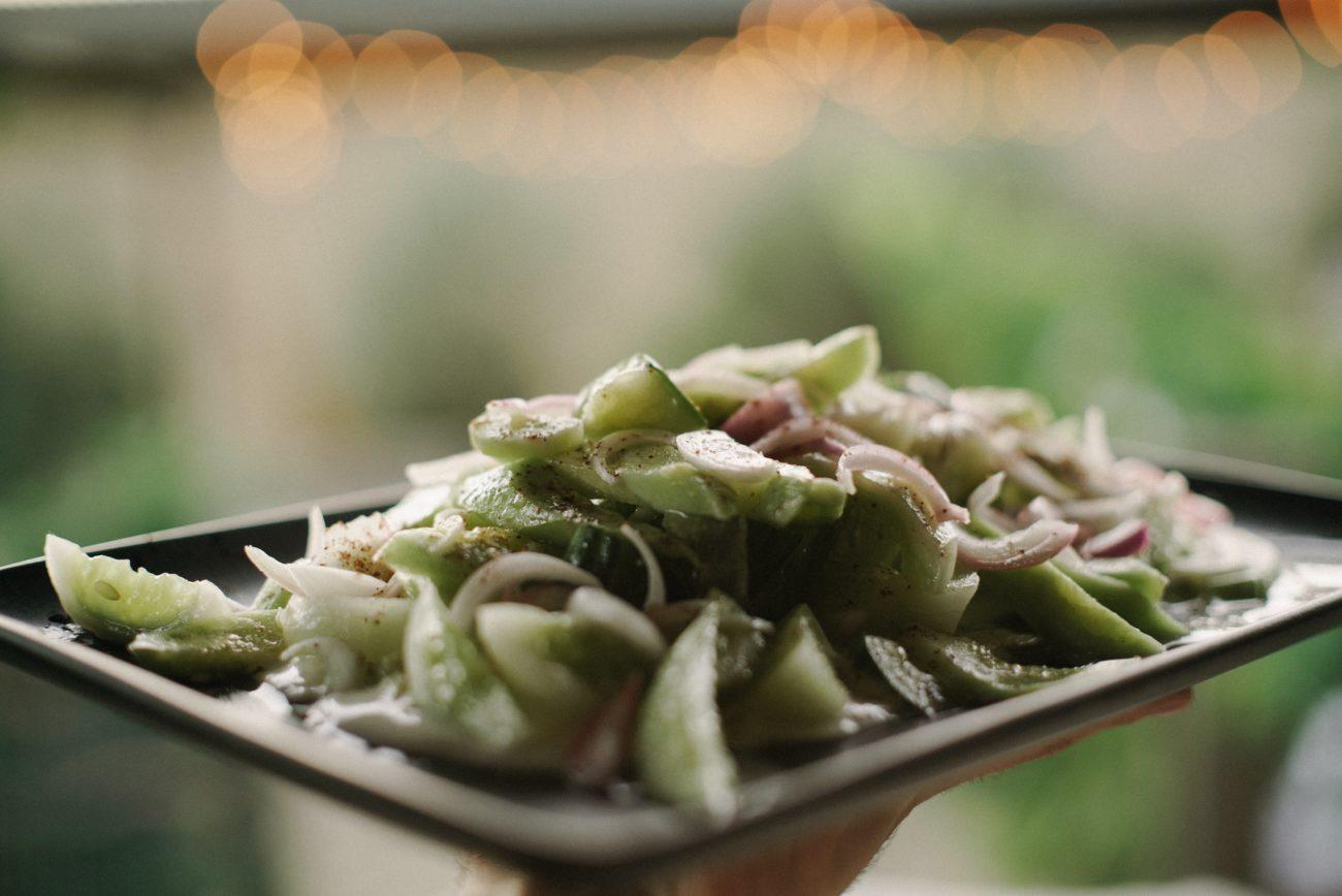 Salade de concombre à l'oignon rouge